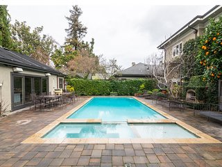 "Executive Home on ""The Avenue"" Pool, Spa & Cabana *4 minute walk to Downown WG"