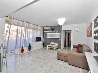 Cozy apartment a short walk away (433 m) from the 'Platja de Fenals' in Lloret d