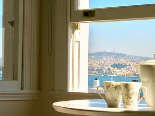 Elegant, bright, lovely sea views in Galata!