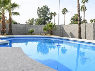 Blue Pool White House ★ Luxury 4 bd 2 ba w/ Pool!