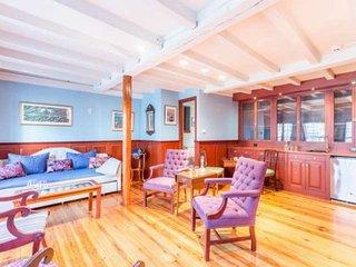 Family Field Trip in Historic Rockmere Inn: Fast WiFi, 3 King Suites, Walk to ev