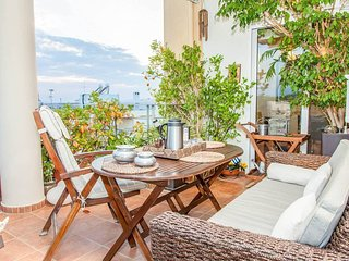 Stunning Glyfada Apartment minutes from the beach and Athens with free parking