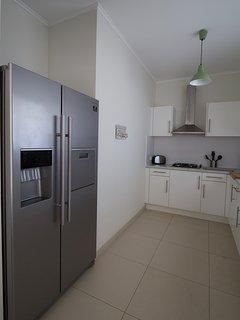 Amerikaanse dubbeldeurs koel/vrieskast in de keuken. Deze is met watertap en ijsblokjes maker