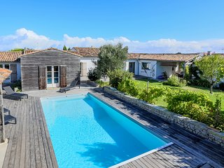 500 m from the sea, delightful villa with 6 bedrooms, large garden & heated pool