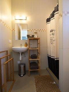 de woning beschikt over 2 badkamers. Op de badmeubels is voldoende plaats voor u spullen