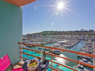 Stunning Marina views, swimming pool, restaurants, cafes and Old Town close by