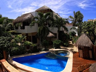 LUSH TROPICAL VILLA WITH POOL! SUPER RATES!