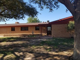 Midland TX Close to Downtown 4 bedroom, 5 bed, Large Back Yard w shop house