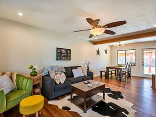 FREE GOLF! Dog Friendly, Near Old Town Scottsdale's Shopping+Dining, Great for B
