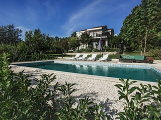 Spacious villa in the center of Donji Prolozac with Parking, Internet, Washing m
