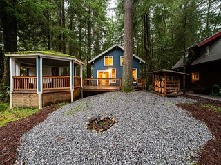Mt. Baker Lodging Cabin #66 – HOT TUB, WOOD STOVE, BBQ, WIFI, SLEEPS-10!