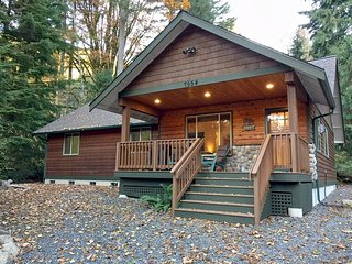 Mt. Baker Lodging Cabin #65 – HOT TUB, FIREPLACE, PETS OK, BBQ, WIFI, SLEEPS-10!