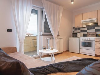 Cozy apartment close to the center of Liznjan with Parking, Internet, Washing ma