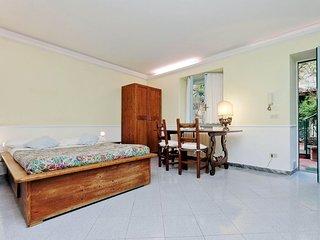 Palline apartment in Prati with WiFi, private garden & balcony.