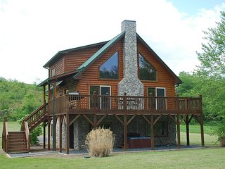 Rushing Waters- Riverfront, Hot Tub, Pet Friendly, Fire Pit, Fireplace, WIFI