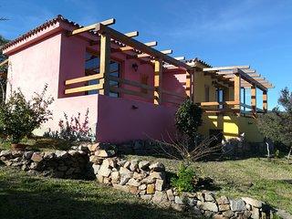 Splendida villetta rosa immersa nel verde con veranda vista mare
