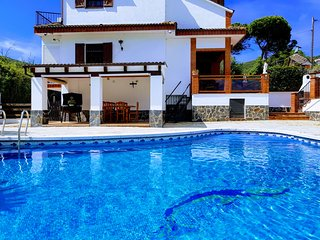Casa con piscina, barbacoa y jardin, en la montana y a pocos minutos del mar.
