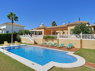 4 bedroom Villa with Pool, Air Con, WiFi and Walk to Shops - 5801818