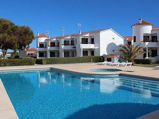 Apartamento con terraza y zonas ajardinadas con piscina