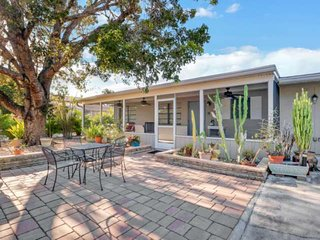 Beautifully Remodeled Modern Bungalow, Minutes to Beach, Private Heated Pool, Fr