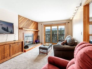 PRIVATE ENTRY! Mountain Views, Central To All Skiing-Fireplace, Pool/Hot Tub/Sau