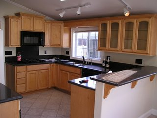 HB Bungalow, hot tub/bikes/beach gear, Spotless, WiFi, Firepit,