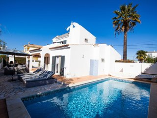 Stylish 3 Bed Villa With Heated Pool & Walking Distance To Amenities, Carvoeiro