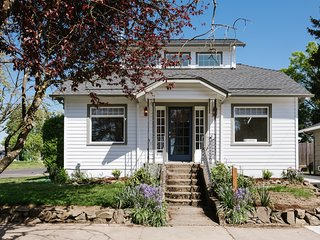 Wine Country boho-chic bungalow, 2 master suites, walk to restaurants & wineries