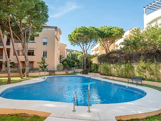 Luxury apartment with pool for up to 6 people just 50m from Elviria Beach