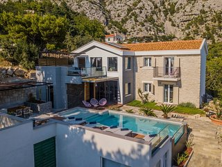 Spacious villa in the center of Makarska with Parking, Internet, Washing machine