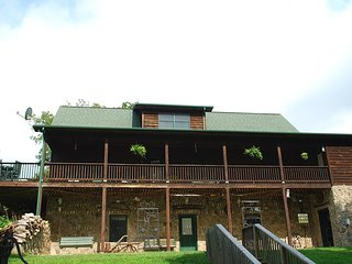 Country Elegance-Lovely, Large Cabin, River Access, Pet Friendly, WIFI, Fireplea