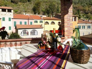 Appartamento con 2 camere e terrazza in tipico borgo ligure - Ap23
