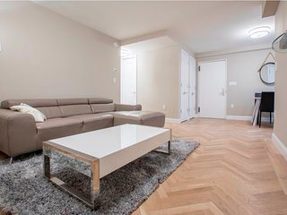 2KW-UES-2BR-1BA APT-POOL-LONG BALCONY-AC