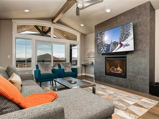 Walk to Ski Lift! On Golf Course! -Private Hot Tub -Smart TV's -BBQ -Pvt Garage