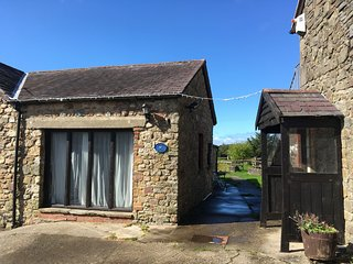 Byron's Barn - Cosy 2 bedroom cottage on a farm. Dogs welcome.