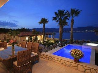 Villa Mirjana - exclusive beachfront 6 bedroom villa with pool, aluguéis de temporada em Slatine