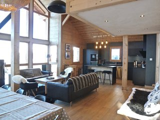 Wonderfully renovated 8p, ski to door chalet with hammam