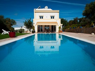 An immaculate 4 bedroom villa, beautiful swimming pool and excellent sea views