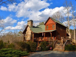 WOLF MOUNTAIN HIDEAWAY - 4BR/3BA, Luxury Cabin, Hot Tub, Game Room, Wet Bar,
