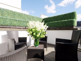 Lovely 3 bedroom apartment with roof top terrace, overlooking Kensington Gardens