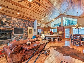 Lavish Cabin w/Decks By Pinetop Country Club!