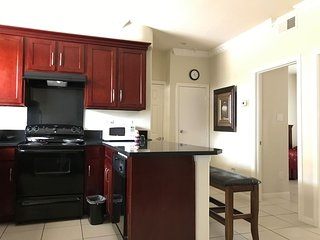 Clean 2 Bdrm condo,5 guests, Wifi, gated parking