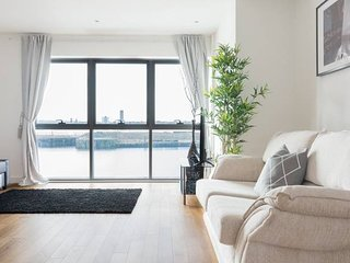 Gorgeous Waterfront Apt - Central w/ Amazing Views