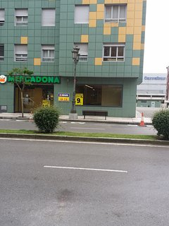 Mercadona  al lado del edificio