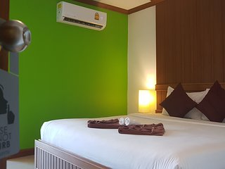 Superior Room with Balcony, centrally located, close to beach & Bangla Road