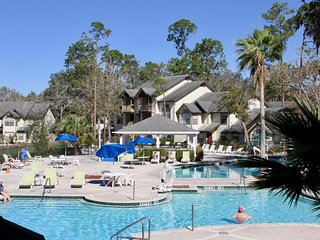CLOSE TO PARKS, 2 x 2BR VILLAS! POOL, HOT-TUB, PARKING, TENNIS, BBQ