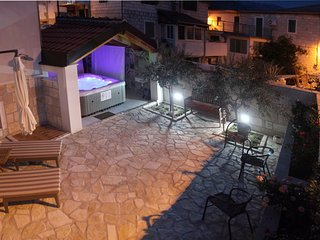 Spacious house in the center of Mravince with Parking, Internet, Washing machine
