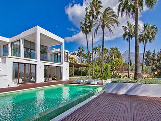 Contemporary Villa 5 bedrooms, huge plot, private pool, short distance beach