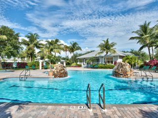 Beautiful 3BR Condo in Lely with Player's Club Access
