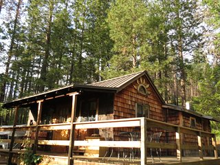 Sunset Inn Yosemite Cabin, just 2 miles outside Yosemite National Park!